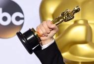 best actor oscar winner holding statue