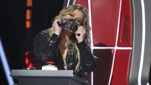 the voice kelly clarkson mask